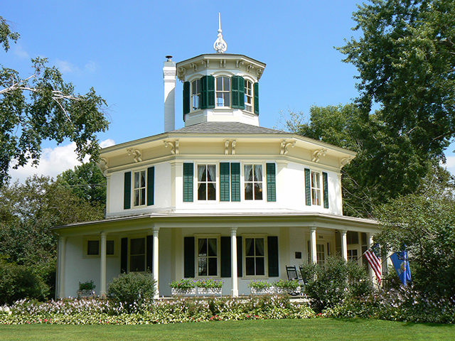 Octagon house pictures house and home design for Octagon home designs